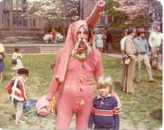 Remember those annual photos with the Easter bunny? It's kind of hard not to be awkward when you're posing with a super awkward and creepy E. Easter Bunny Pictures, Bunny Pics, Easter Bunny Costume, Easter Outfit, Creepy Vintage, Funny Vintage, Awkward Family Photos, Awkward Pictures, Family Pics