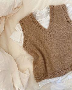 Knit Vest Pattern, Sweater Knitting Patterns, Neck Pattern, Knit Fashion, Look Fashion, Autumn Fashion, Fashion Outfits, Yarn Shop, Aesthetic Clothes