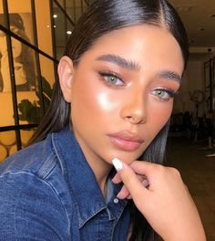 There's nothing as seductive, deep, and attractive as fall makeup looks. Whether you have your autumn makeups covered or looking for stunning trends, you will fall in love with this gallery. Makeup Trends, Makeup Inspo, Makeup Inspiration, Indie Makeup, Glowy Makeup, Fall Makeup, Drugstore Makeup, Neutral Makeup, Revlon Makeup