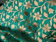 Ceci est une belle brocart de soie Banarsi d'art, il a tissé de motifs dorés sur Jari cyan foncé - vert lime. tissu en soie de l'art. Le tissu illustrent vignes florales tissées d'or sur fond bleu...