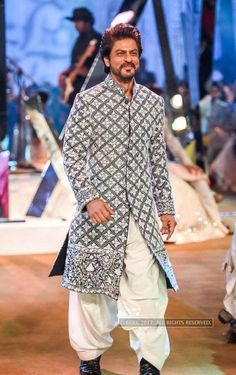 Shahrukh Khan flaunts a designerwear by Manish Malhotra during the Mijwan Summer 2017 fashion show in Mumbai on March 2017 - Photogallery Sherwani For Men Wedding, Wedding Dresses Men Indian, Mens Sherwani, Sherwani Groom, Wedding Dress Men, Wedding Outfits For Men, Punjabi Wedding, Bridal Outfits, Indian Weddings