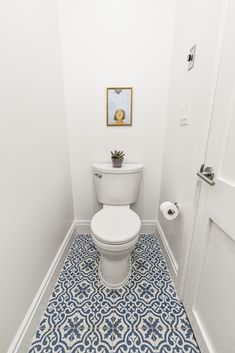 A Townhouse Renovation Makes a Connection An all-white powder room gets a dose of personality from a bright, blue-and-white patterned floor tile. Budget Bathroom Remodel, Shower Remodel, Small Toilet Room, Small Bathroom, Master Bathroom, Blue Bathrooms, Dream Bathrooms, Rustic Bathroom Vanities, Bathroom Ideas