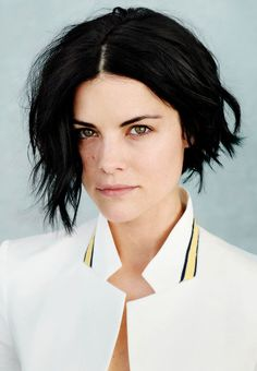Jaimie Alexander, the sexy actress that starred as the warrior goddess comrade of Thor shall grace us with her sexiest photos yet here at brosome. Jaimie Alexander, Jamie Alexander Hair, Medium Hair Styles, Short Hair Styles, Natural Hair Styles, Cut And Style, Cut And Color, Center Part Hairstyles, Short Bob Hairstyles
