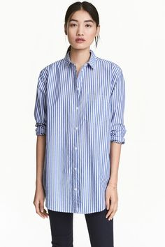 Wide cotton shirt: Wide shirt in a cotton weave with a turn-down collar, chest pocket, buttoned cuffs and a rounded hem. Slightly longer at the back. Casual Chic Style, Casual Street Style, Outfits Con Camisa, White Shirts Women, White Women, Crisp White Shirt, Professional Attire, Cut Shirts, H&m Fashion