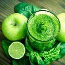 Suco verde com maçãs e água de coco para limpar as toxinas. Confira a receita de suco verde com maçãs e água de coco no portal Minha Vida.