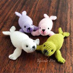 Foquitas tejidas a crochet en la técnica de amigurumi!. El paso a paso ya está en nuestra página web: www.tejiendoperu.com