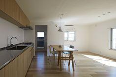 マンションの1室をリノベーションするプロジェクトである。この建物は、長い年月の中で作られた周辺環境やコミュニティが非常に魅力であった。3階の部屋であるものの、緑に包まれた好条件の物件であり、全ての窓から緑のある風景が確保されていた。内部については、住空間として問題の無い性能を確保することが前提であった。アルミサッシの交換や床暖房の設置、断熱性能、遮音性能など、住空間の基本的な性能の強化等が求められた。また、間取りについては、壁式構造であることから、既存の間取りを大きく変更することができないため、既存のプランを活かし、最小限の壁の撤去と追加を行っている。既存の小さな入口を大きな土間空間に更新し、広々としたエントランス空間をつくっています。各部屋を繋ぐ土間空間が、新しい生活の余白として豊かな空間となることを期待している。