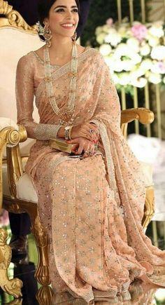 Stylish Plain Saree Looks To Inspire You - Saree Styles Pakistani Dresses, Indian Dresses, Indian Outfits, Indian Saris, Indian Wedding Outfits, Indian Ethnic, Reception Sarees, Modern Saree, Stylish Sarees