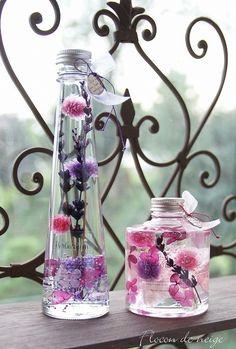 ★ご購入前にお読みください★http://www.creema.jp/exhibits/show/id/2304464<コチラは左側のスリムな瓶のページです、低いボトルは別ページでご購入頂けます>新作のハーバリウムはラベンダー。パープル・ボルドー・ラベンダーでこれからの季節に相応しい色合いです。瓶の口元にはFlocon de neigeスタイルでチャーム付き。更に今回はオーガンジーリボンもプラスしました。敬老の日・ 母の日・お誕生日の贈り物・新築祝い・ 結婚祝い・各種お祝い もちろんご自分用にインテリアとして各お部屋や玄関、キッチンやトイレにもお勧めです。花材:プリザーブドフラワーのみ使用オイル:ミネラルオイルガラス瓶 蓋はシルバーカラー透明感のあるオイルの中で綺麗な状態を長く楽しめる(半年から1年位)植物インテリアとして今とても人気です。明かりにかざすとまた別の表情を楽しめいつまでも見つめていたくなる事と思います。瓶のサイズ:高さ219mm 直径61mm≪注意点≫・誤って口にしても安全なオイルですが、瓶の...