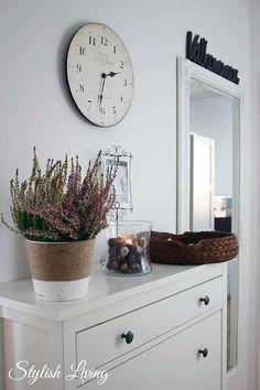 Flur: Hemnes-Schuhschrank, Blumentopf mit rauem Band umwickelt, Kastanien oder Dekokiesel, Körbchen für Schlüssel.. ich denke, das baue ich nach.