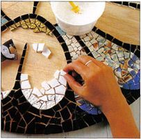 Tutorial - Basic Mosaic Design - Arts and Crafts CenterBasic Mosaic Design you can do on any table, bench or flat surface- Arts and Crafts CenterMosaic Tutorial - basic guide to making mosaic artwork.Mosaic Tutorial - Arts and Crafts Center - I have Diy Projects To Try, Crafts To Do, Craft Projects, Arts And Crafts, Mosaic Crafts, Mosaic Projects, Mosaic Glass, Mosaic Tiles, Mosaics
