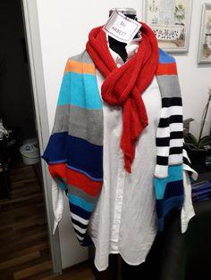 """SEELENWÄRMER - SHRUG im modischen Oversized-Look in bunten Sommerfarben, aus qualitativer reiner Baumwolle – angenehm und luftig für den Sommer, grob maschig gestrickt, die Liebe zum Detail zeigen die Außenziernähte Größe: für S/M oversized – für L/XL """"normal"""" (die Puppe ist Gr 36/38) Maße: Breite 120 cm Länge 100 cm (einfach gemessen) UNIKAT - kann in anderen Farben bestellt werden, da die Fäden nicht vernäht wurden, sondern als Fransen geblieben sind, kann er beidseitig getragen werden Grob, Crochet, Winter, Fashion, Simple, Fringes, Doll, Chic, Scale Model"""