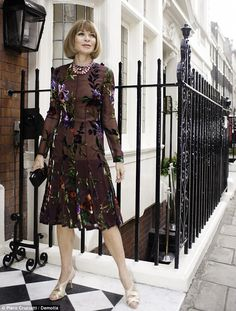 Anna Wintour media gallery on Coolspotters. See photos, videos, and links of Anna Wintour. Vogue Fashion, New York Fashion, Fashion Show, Fashion Tips, Fashion Trends, Classy White Dress, Vogue Editor In Chief, Anna Wintour Style, Looks Street Style