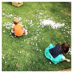 This is how we do snow in Australia. When you order 3 small items online and it is delivered in a MAHOOSIVE box stuffed to the brim with packing peanuts so you let the kids dump them in the backyard and pretend you're in a Winter Wonderland. (And then tell them to put on their hats suncream and have some cold water because IT'S HOT.)  If you're after some bookish and arty inspo check out the @kidartlit challenge put together by my lovely lady friends @julialinsteadt and @chickadee.lit. This…