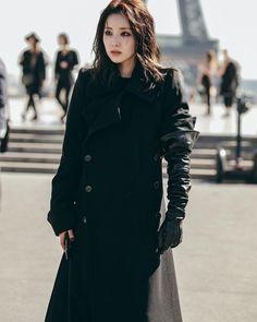 Sandara Park's Long Black Coat Is Everything. Sandara 2ne1, Sandara Park, The Band, Kpop Girl Groups, Kpop Girls, Asian Woman, Asian Girl, 2ne1 Dara, Style Me