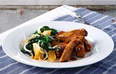 Μέσα σε 5' ετοιμάζουμε τη μαρινάδα εσπεριδοειδών για τα μπριζολάκια και στα επόμενα 5' ετοιμάζουμε τη σαλάτα εποχής που θα συνοδέψει το κρέας μας. Σύνολο 10' μαγείρεμα!