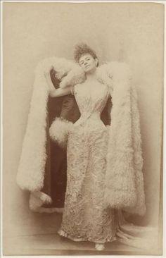 Otto La comtesse Greffulhe en robe de bal, ca 1887 Papier albuminé GALK2477 Palais Galliera, musée de la Mode de la Ville de Paris