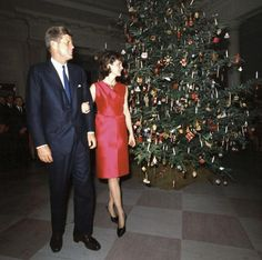 President John F. Kennedy and his wife First Lady Jacqueline Kennedy pose in front of the White House Christmas tree at the Staff Christmas Reception; 12 December (via thekennedydynasty lucillelesueurs Jacqueline Kennedy Onassis, Los Kennedy, John F Kennedy, Jaqueline Kennedy, Past Presidents, American Presidents, White House Christmas Tree, Christmas Trees, Xmas