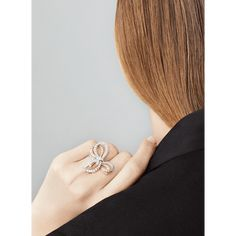Nœud Between the Finger Ring, - Worn View - VCARC98800 - Van Cleef & Arpels