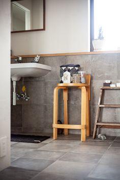 床と同じタイルを腰の高さまで立ち上げました。  #T様邸南行徳 #洗面 #洗面室 #洗面所 #洗面ボウル #カナルグランデ #タイル #tile #サンワカンパニー #エポックグレージュ #TL49441   #EcoDeco #エコデコ #リノベーション #renovation #東京 #福岡 #福岡リノベーション #福岡設計事務所 Minimalism, Bathroom, Simple, Interior, Wall, Compact, House, Washroom, Indoor
