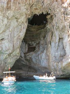 CAPRI é uma ilha encantada que seduz a todos que a conhecem.   Seu mar de um azul indescritível, o cheiro de limão siciliano por todas as p...