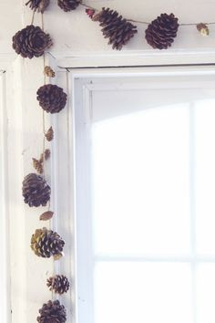 DIY Fall Garland: Use pine cones, paint, and glitter to create this gorgeous fall decoration. Hang it over a window or doorway! Autumn Crafts, Holiday Crafts, Holiday Fun, Pinecone Garland, Fall Garland, Pinecone Decor, Garland Decoration, Leaf Garland, Navidad Natural