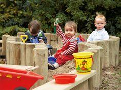 Kinder im neuem Sandkasten