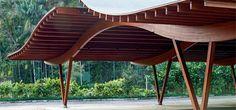 Cobertura de madeira laminada favorece ventilação de praça