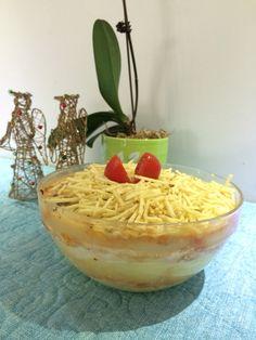 """""""Lasanha"""" de batata   Para duas pessoas: Duas batatas grandes (faça dela um purê), tomate, cebola, manjericão, requeijão e queijo. Monte -a como uma lasanha é coloque no forno por 20min. Decoração a gosto."""
