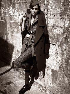 Пальто из шерсти и кожи, Belstaff; шерстяные жакет и юбка, все Dolce & Gabbana; кожаные ботинки, Prada; шерстяные чулки, Falke