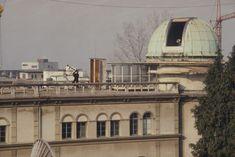 Mehr als 100 Jahre lang – zwischen 1864 und 1980 – erforschten und dokumentierten die Direktoren der Eidgenössischen #Sternwarte die Vorgänge auf der Sonne. Im Zentrum standen dunkle Stellen auf der #Sonnenoberfläche – die #Sonnenflecken. Ihre Anzahl ist ein einfaches und zuverlässiges Mass für die Sonnenaktivität. Die Comet Photo AG hat 1980 die Sternwarte in Zürich besucht und die Sonnenbeobachter beim Sonnenfleckenzeichnen beobachtet. Louvre, Building, Blog, Travel, Astronomical Observatory, Exploring, Centre, Darkness, Viajes