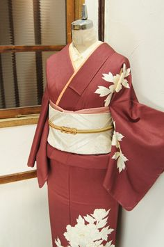 濃紅色に、大輪の牡丹が凛と染め出された付下げ着物です。
