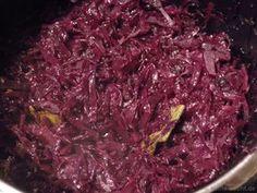 Dieses Rezept für Rotkohl ist klassisch und einfach. Mit Schmalz und Rotwein, so muss das sein! Eine schöne, winterliche Beilage und mein absoluter Favorit.