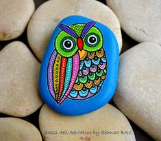 Hand Painted Stone Owl by ISassiDellAdriatico on Etsy Pebble Painting, Dot Painting, Pebble Art, Stone Painting, Ladybug Rocks, Owl Rocks, Painted Rocks Craft, Hand Painted Rocks, Painted Stones