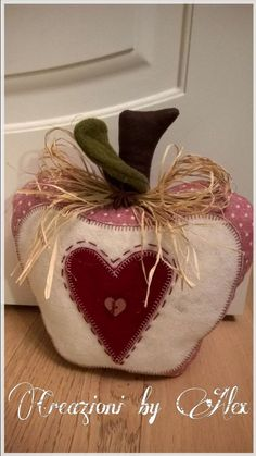 Feltro Stoffa e Scrapbooking: Mela ferma porta Diy Doorstop, Doorstop Pattern, Home Crafts, Diy And Crafts, Fabric Door Stop, Lap Quilt Patterns, Rustic Halloween, Door Stopper, Heart Crafts
