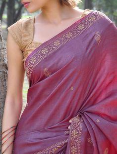 Beautiful silk saree with a stunning blouse Saree Blouse Patterns, Sari Blouse Designs, Bridal Blouse Designs, Dress Designs, Purple Saree, Gold Silk Saree, Silk Brocade, Simple Sarees, Elegant Saree