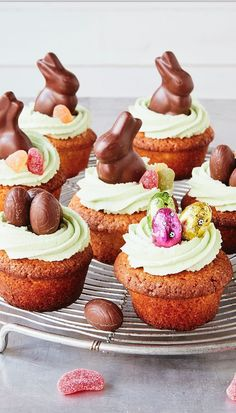 Easter-Cupcakes - einfach backen Oster-Cupcakes These little rabbit cupcakes are perfect for the Easter brunch. Due to the airy cream cheese frosting they are particularly light and still so delicious! Easter Snacks, Easter Dinner Recipes, Easter Brunch, Easter Treats, Easter Food, Easter Desserts, Cupcake Recipes, Baking Recipes, Dessert Recipes