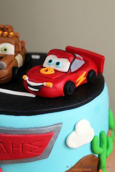 Cars Cake 2 by sweetius.com, via Flickr Fondant Flower Cake, Fondant Bow, Fondant Cakes, Chocolate Fondant, Modeling Chocolate, Fondant Figures Tutorial, Handbag Cakes, Minecraft Cake, Gum Paste Flowers
