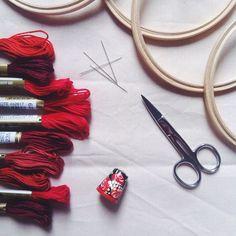 A semana começou e nós estamos firmes na produção dos bordados que venderemos na @yardsale.now Vai lá encontrar a gente!  sábado, 27/09, das 15h às 22h, Alameda Lorena - 1989 {perto do metrô Consolação} #clubedobordado #bordado #embroidery #workinprogress #sale #handmade #trims #scissor #flowembroidery #flow #vsco #vscocam #vscocambrasil #sp #brasil