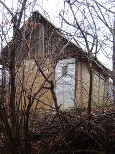 U malenoj kući od slame i blata