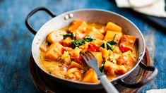 Maultaan jauhoisen makean bataatin makukaveriksi sopivat hyvin eksoottiset mausteet. Bataatti-pinaatticurry on helppo valmistaa ja kaunis ruoka. Thai Red Curry, Recipies, Vegan Recipes, Food And Drink, Healthy Eating, Baking, Ethnic Recipes, Drinks, Egg As Food