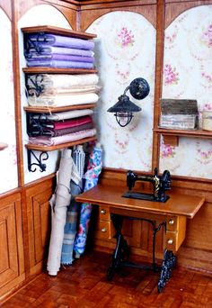 idea for Wall paneling for library Miniature Quilts, Miniature Rooms, Miniature Crafts, Miniature Houses, Miniature Furniture, Dollhouse Furniture, Haunted Dollhouse, Victorian Dollhouse, Diy Dollhouse