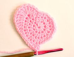 Crochet Flowers Design Free crochet heart pattern from Twinkie Chan ༺✿ƬⱤღ✿༻ Free Heart Crochet Pattern, Crochet Squares, Love Crochet, Crochet Motif, Crochet Flowers, Knit Crochet, Free Pattern, Crochet Stitches, Crochet Crafts
