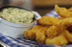 'Goujonnettes' zijn knapperige gepaneerde reepjes vis. Het zijn culinaire fishsticks die je als hapje of als voorgerecht kan serveren. Laat je gasten de krokante reepjes vis in een rijke tartaarsaus dippen voor het 'wauw'-effect. De saus kan je zonder enig probleem op voorhand maken. De stukjes vis paneer en bak je best vlak voor het serveren. Reken maar dat dit hapje in de smaak zal vallen bij jong en oud.