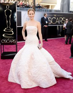 loved how Jennifer Lawrence looked. She looks just like a bride. I felt so bad when she fell when accepting her well deserved Oscar. She is absolutely amazing