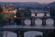 Los puentes que cruzan en Praga el Moldava