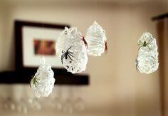 25 DIYs for No-Sew Halloween Party Decor Use yarn and balloons to make creepy spider sacks.  Encore des araignées à accrocher au plafond