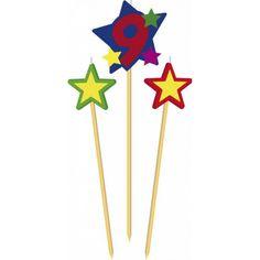 Prikker kaarsje cijfer 9. Set van 3 houten prikkers met kaarsje waaronder een prikker met het cijfer 9 en twee prikkers met een ster.