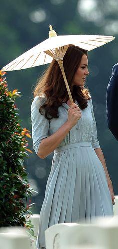 Kate Middleton in duck egg blue Jenny Packham dress in Singapore