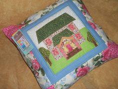 capa de almofada em patchwork, tecidos 100% algodao, enchimento de acrilon na parte frontal da capa, fechamento com ziper traseiro, pontos decorativos R$ 53,00